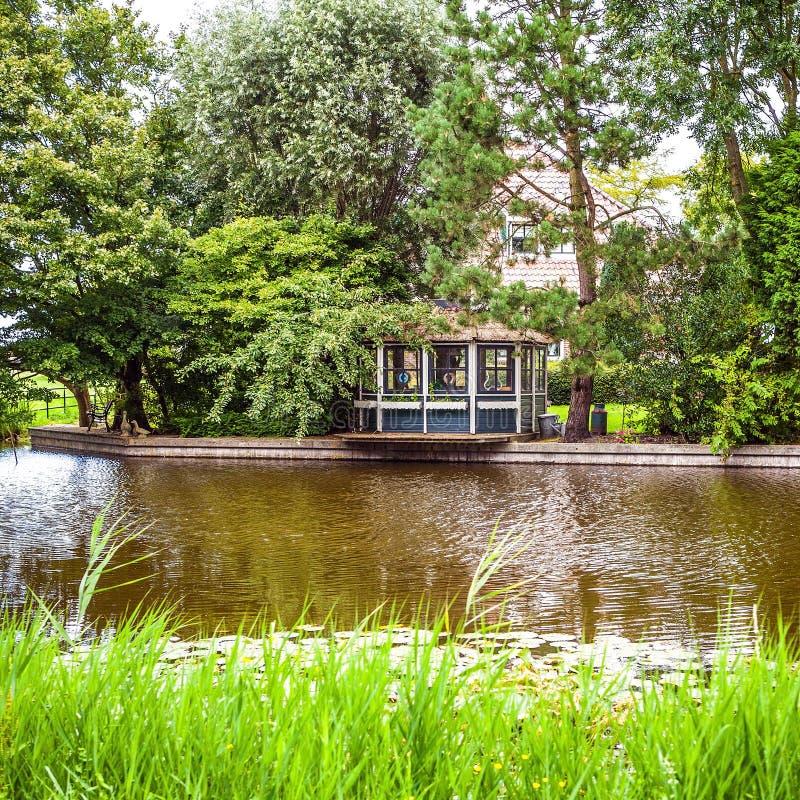 Paisagem, canais e construções holandeses tradicionais bonitos imagens de stock