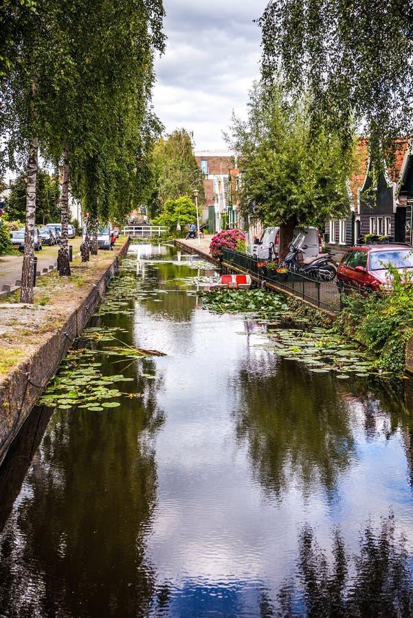 Paisagem, canais e construções holandeses tradicionais bonitos foto de stock royalty free