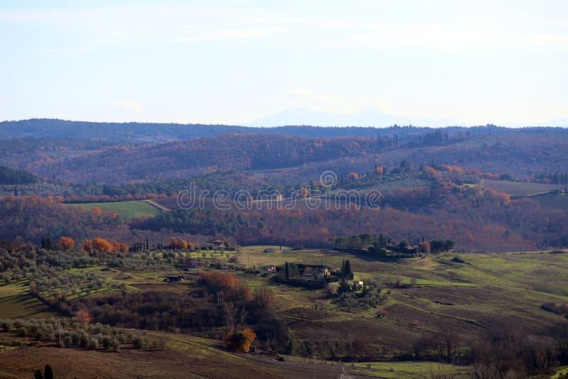 Paisagem característica de Toscânia no outono Os montes do Chianti ao sul de foto de stock