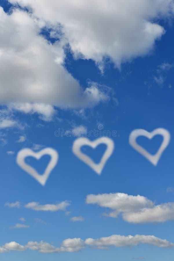 Paisagem celestial Céu azul, nuvens brancas e corações das nuvens imagens de stock