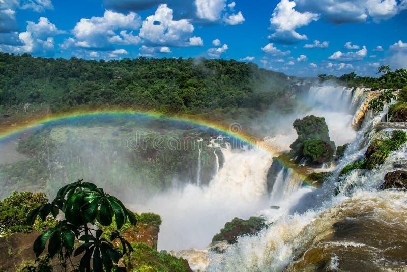 Paisagem celestial com arco-íris e os céus azuis fotos de stock