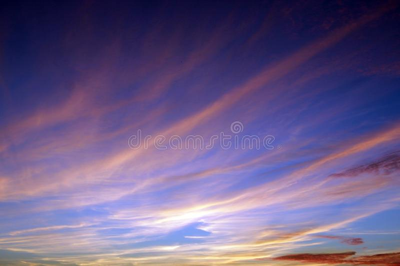 Paisagem celestial com as nuvens cor-de-rosa no céu roxo durante o por do sol fotos de stock royalty free