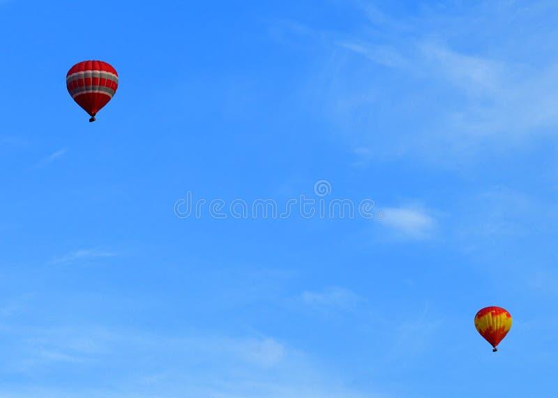 Paisagem celestial com os dois balões no céu de Helsínquia fotos de stock