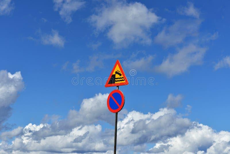 Paisagem celestial com sinais de aviso do tráfego imagens de stock royalty free