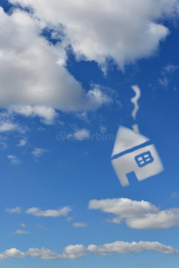 Paisagem celestial Nuvens que assemelham-se à casa imagem de stock