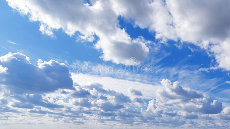 Paisagem celestial O tempo está ensolarado agradável Céu azul de fundo natural com as nuvens bonitas com espaço da cópia imagem de stock