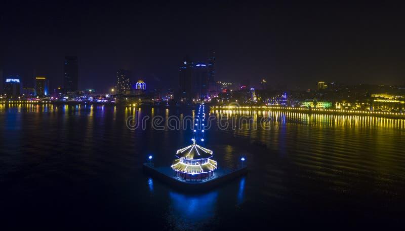 Paisagem China da noite da costa de Qingdao foto de stock