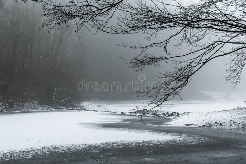 Paisagem coberto de neve congelada enrolamento do lago winter fotografia de stock royalty free