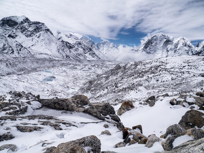 Paisagem coberto de neve nas montanhas Himalaias fotografia de stock