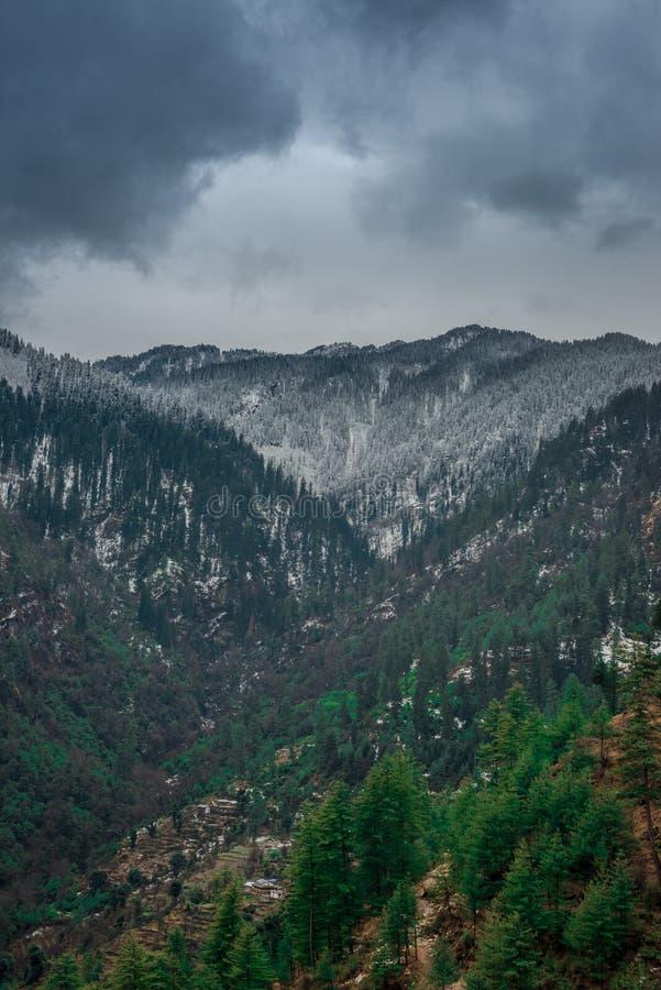 Paisagem colorida com as montanhas Himalaias altas, floresta verde, céu azul com as nuvens no verão na Índia imagem de stock royalty free