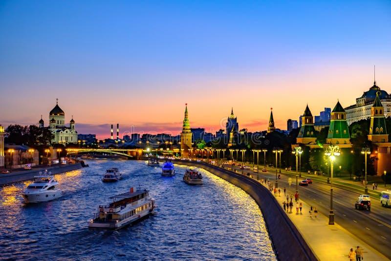 Paisagem colorida da noite no Kremlin do rio e da Moscou da terraplenagem foto de stock royalty free