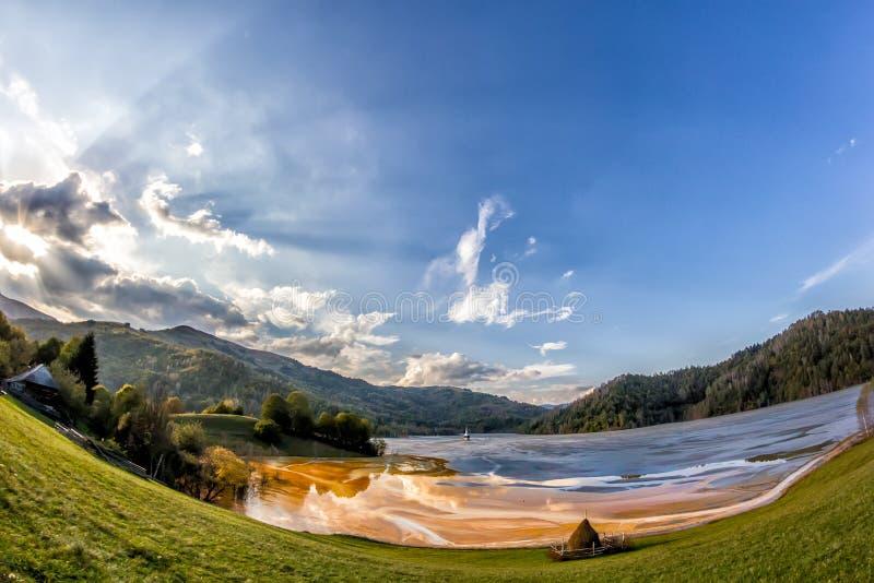 A paisagem colorida de uma igreja inundada no tóxico poluiu o lago devido à mineração de cobre imagens de stock royalty free