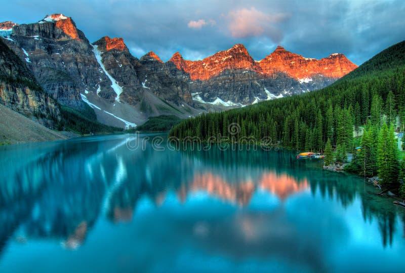 Paisagem colorida do nascer do sol do lago moraine imagem de stock royalty free