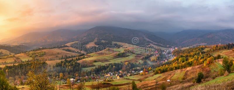 Paisagem colorida do panorama do outono na aldeia da montanha foto de stock royalty free