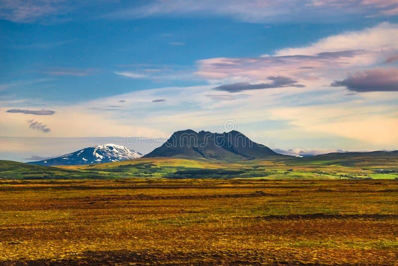 Paisagem colorida islandêsa em Islândia com os vulcões no por do sol imagens de stock