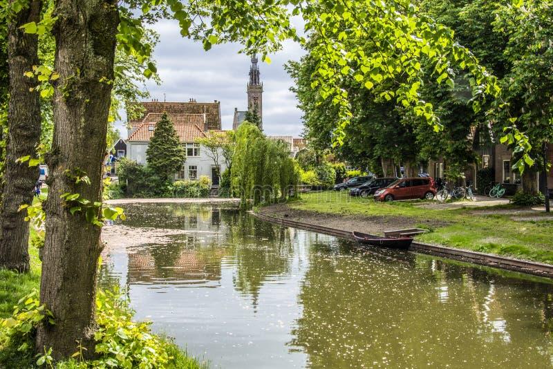 Paisagem com a abóbada do canal e da igreja edam Países Baixos foto de stock royalty free