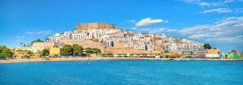 Paisagem com a antiga cidade e o castelo de Papa Luna em Peniscola, Espanha fotografia de stock royalty free