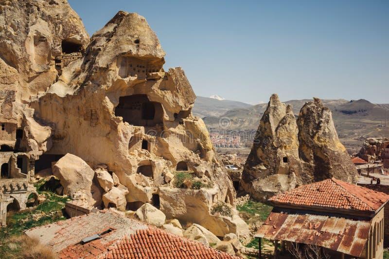 Paisagem com as casas velhas da caverna, Cappadocia da vila de Urgup fotos de stock royalty free