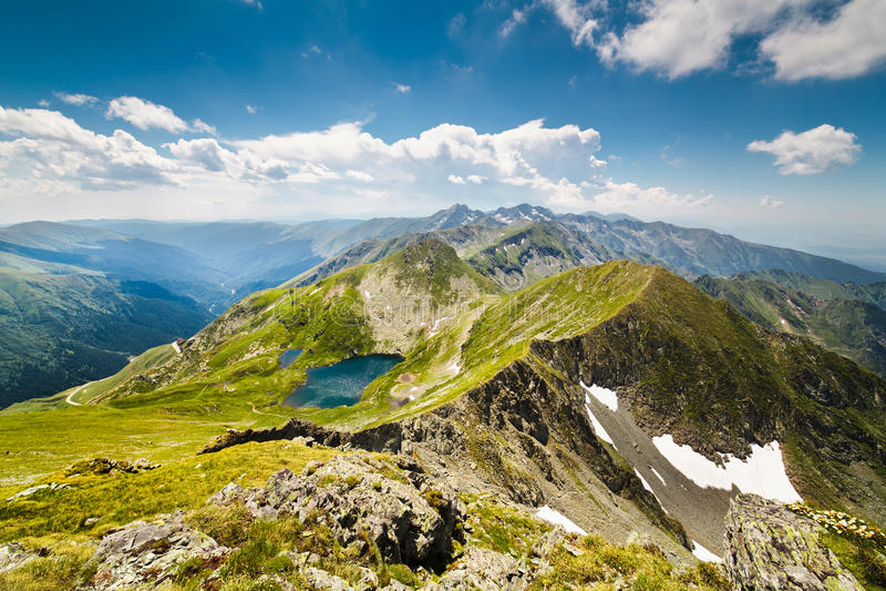 Paisagem com as montanhas de Fagaras em Romania imagem de stock royalty free