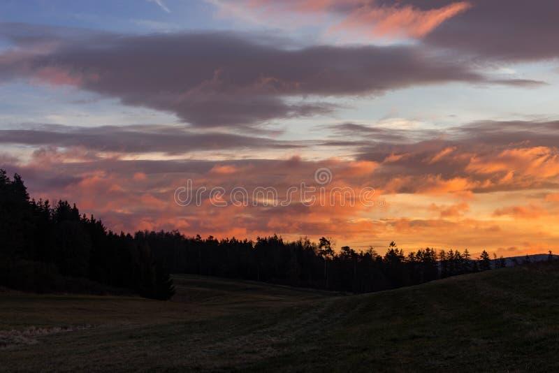 Paisagem com as nuvens coloridas do nascer do sol fotos de stock