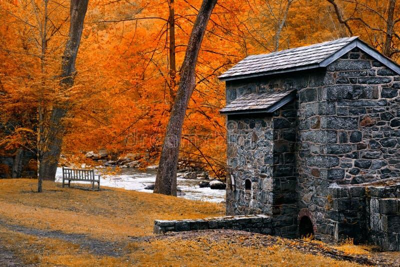 Paisagem com cabine, rio e árvores do outono foto de stock royalty free