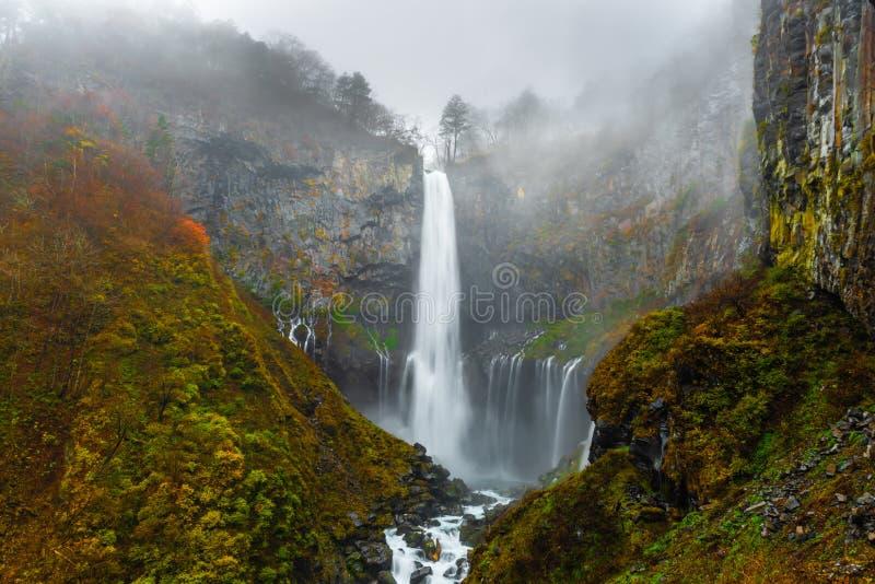 paisagem com cachoeira Kegon, Nikko, Japão, fundo místico do outono imagens de stock