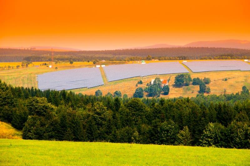 Paisagem com campo do painel da planta de energias solares Tema da energia clara e dos recursos renováveis imagens de stock royalty free