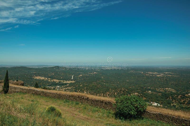 Paisagem com campo e parede sobre o monte em Evoramonte fotos de stock