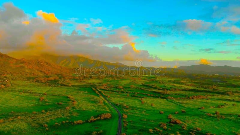 Paisagem com campos e as montanhas verdes || Montagens e selva no tempo nevoento Ilha grande havaí USA-2019 imagem de stock