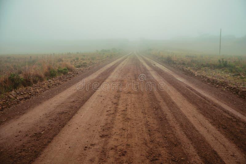 Paisagem com estrada de terra num dia nevado imagem de stock
