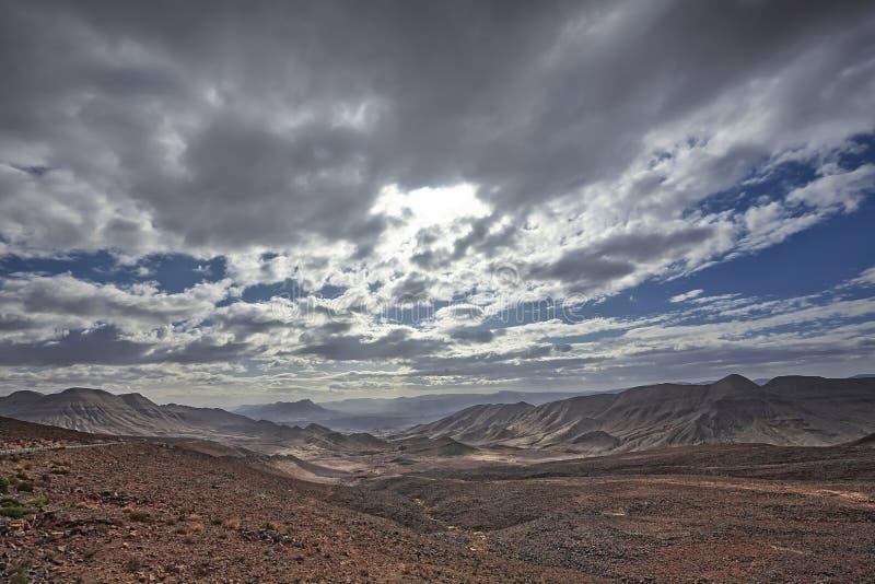 Paisagem com estrada e montanhas na região de Zagora, Marrocos foto de stock
