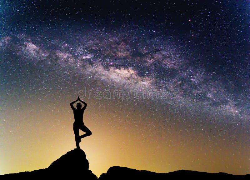 Paisagem com galáxia da Via Látea Céu noturno com estrelas fotografia de stock