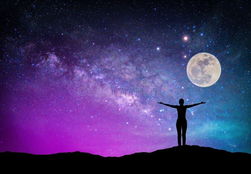 Paisagem com galáxia da Via Látea Céu noturno com estrelas, lua e fotografia de stock