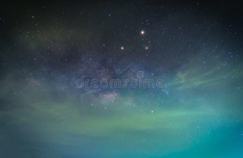Paisagem com galáxia da Via Látea Céu noturno com estrelas Expo longa fotos de stock