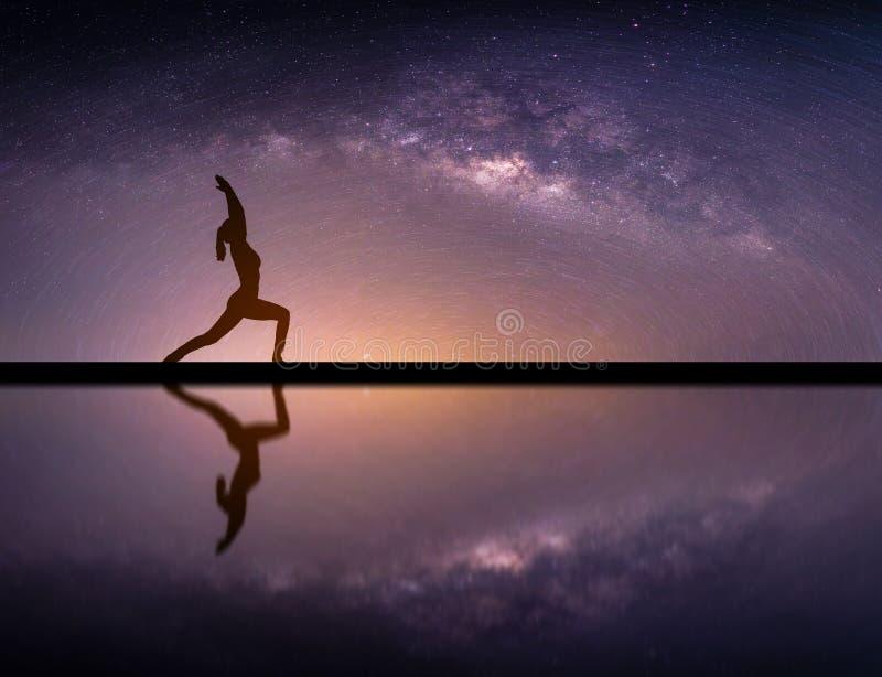Paisagem com galáxia da Via Látea Céu noturno com fuga da estrela e s imagem de stock royalty free