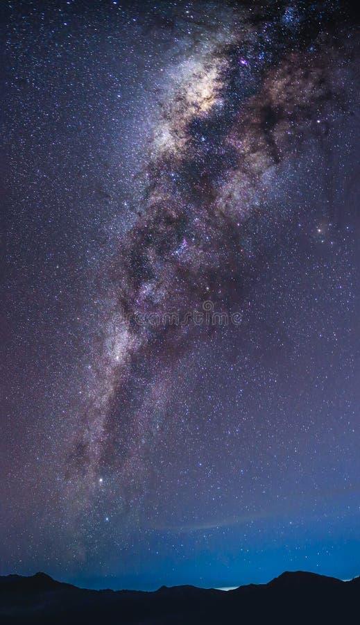 Paisagem com a galáxia da Via Látea sobre a montanha Céu noturno com st imagens de stock royalty free