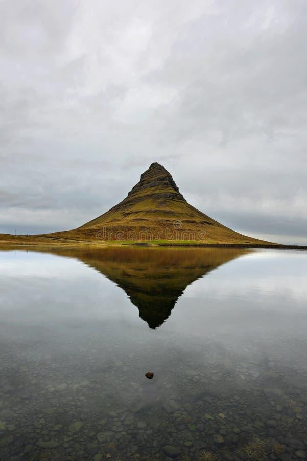 Paisagem com a montanha de Kirkjufell no fundo Efeito de surpresa do espelho na costa norte da península de Islândia Snaefellsnes imagem de stock