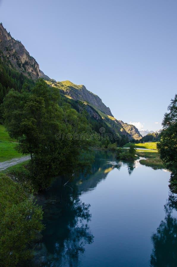 Paisagem com montanha e lago fotografia de stock