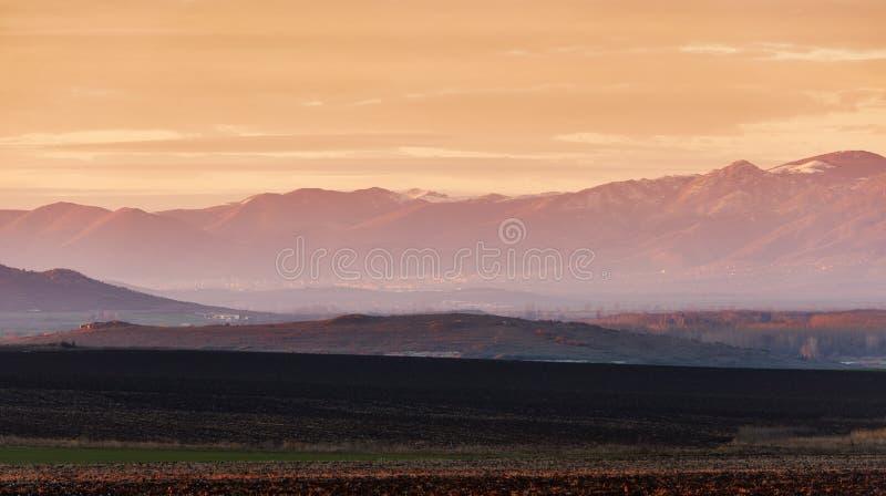Paisagem com a montanha no por do sol imagens de stock