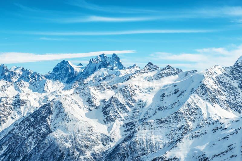 Paisagem com neve em montanhas azuis imagem de stock royalty free