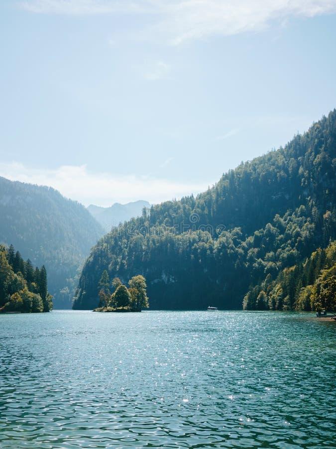 Paisagem com o lago contra montanhas imagens de stock royalty free