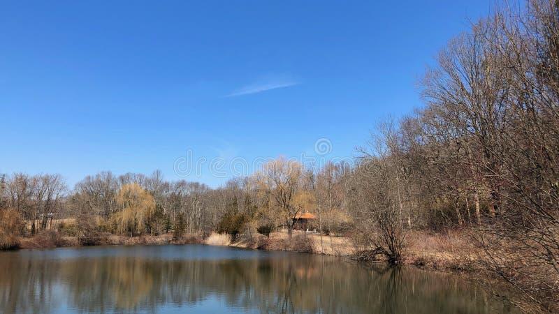 Paisagem com o pavilhão chinês da amizade perto do lago no parque de Lasdon em Katonah, New York fotos de stock