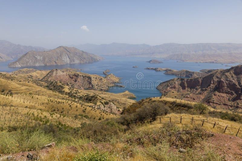 Paisagem com o reservatório de Nurek perto de Dushanbe em Tajiquistão foto de stock