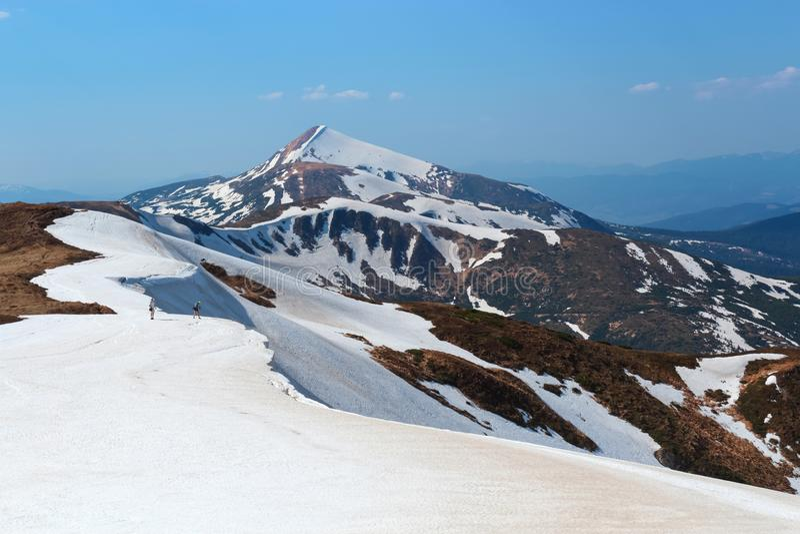 A paisagem com os prados, as montanhas altas e os picos cobertos com a neve O lugar do resto dos turistas fotos de stock royalty free