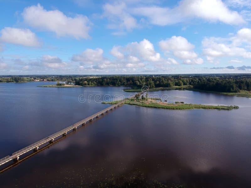 Paisagem com a ponte de madeira longa, vista aérea do lago fotos de stock