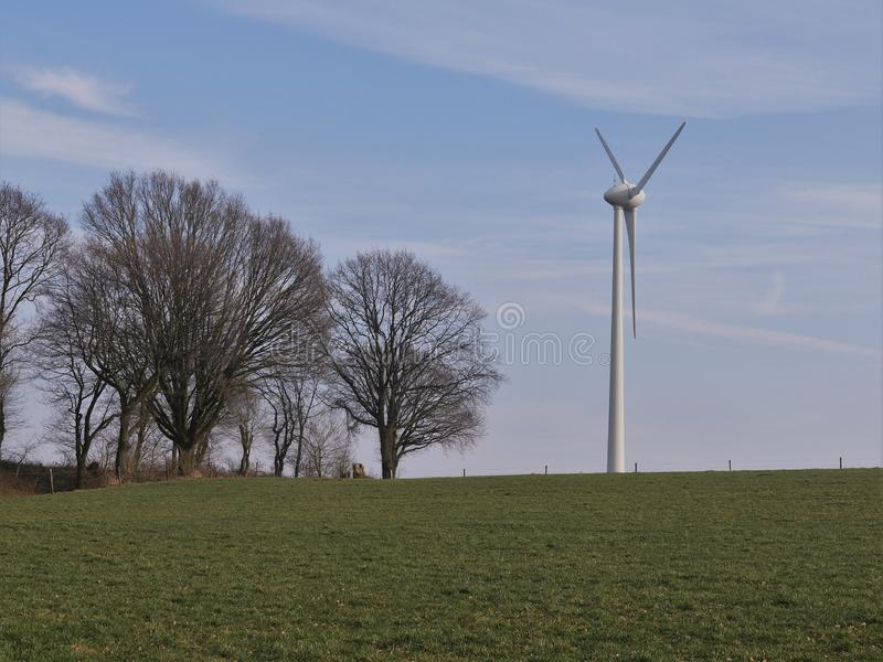 Paisagem com prado, turbina eólica para a geração de energia elétrica fotos de stock royalty free