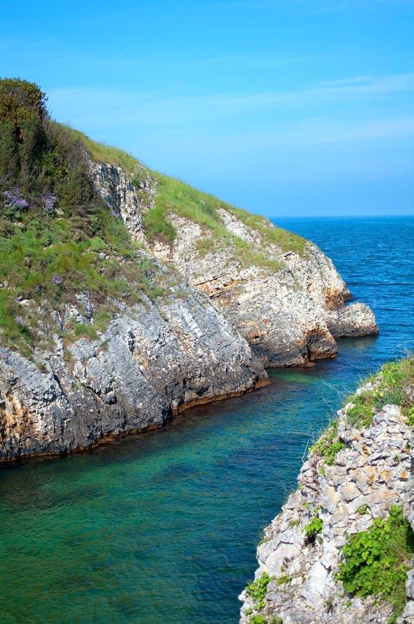 Paisagem com rochas do mar fotos de stock royalty free