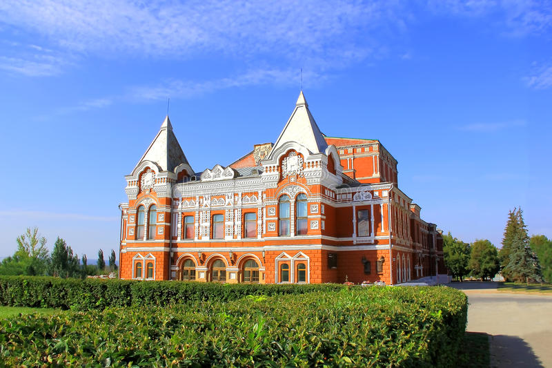Paisagem com teatro histórico e o céu azul fotografia de stock
