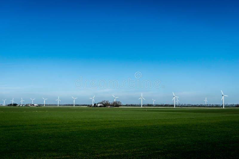 Paisagem com turbinas das energias eólicas