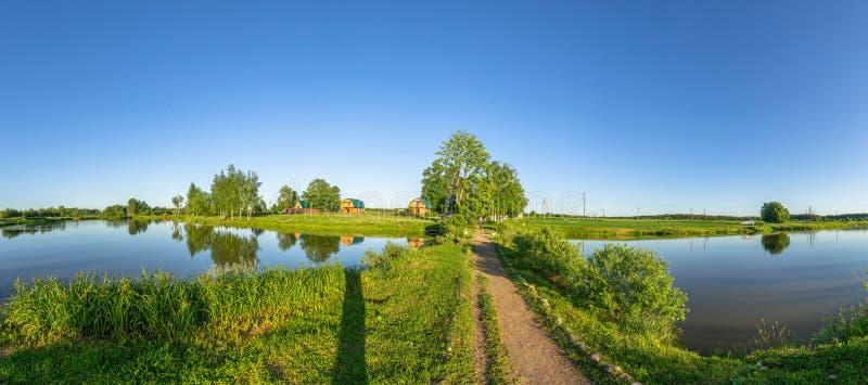 Paisagem com uma lagoa no por do sol em Rússia central fotos de stock